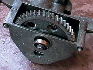 Main oil gear retaining bolt and gear retaining bushing
